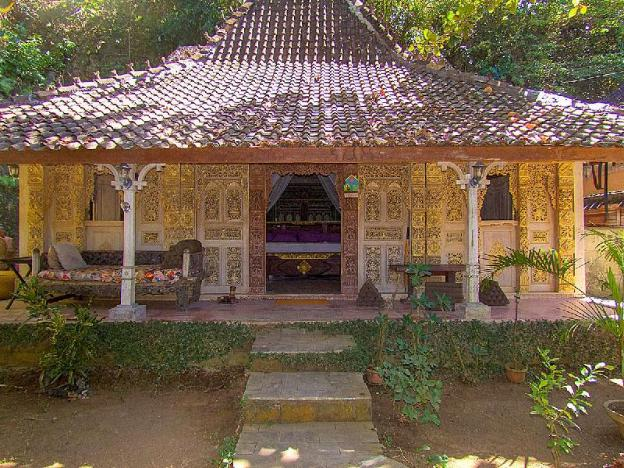Unique wooden Joglo with private pool